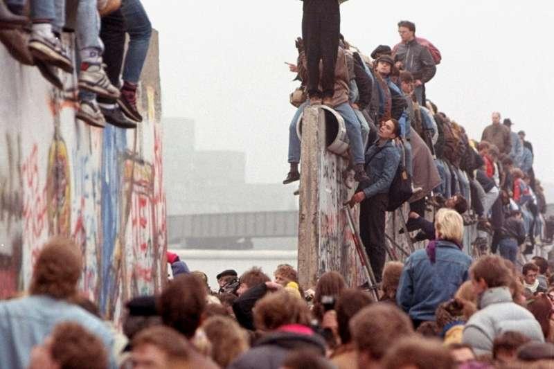 1989年11月12日,民眾歡欣鼓舞地慶祝柏林圍牆倒塌。(AP)