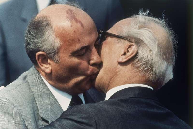 柏林圍牆倒塌:蘇聯時任最高領導人戈巴契夫(左)鼓勵東德在內的蘇聯各國推行自由化改革,圖右為前東德領導人何內克。(AP)