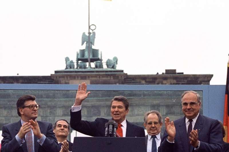 1987年6月12日,時任美國總統雷根在東西柏林交界的布蘭登堡門前發表,呼籲蘇聯最高領導人戈巴契夫「推倒這堵牆」。(AP)