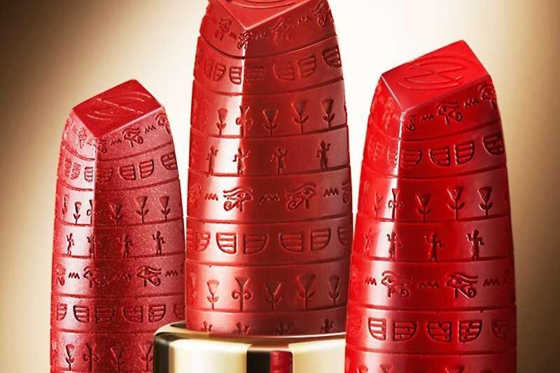 今年,大英博物館官方與彩妝品牌ZEESEA聯名,以目前歷史紀錄上第一位擦口紅的女性「埃及豔后」做為謬思來源,推出紅色系的「埃及豔后口紅」。(圖/瘋設計)
