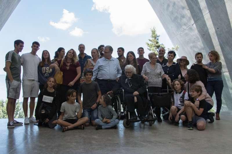 2位二戰期間在希臘倖免於大屠殺的猶太人帶著他們40位子孫,76年後與他們的救命恩人3日在以色列重逢。(AP)