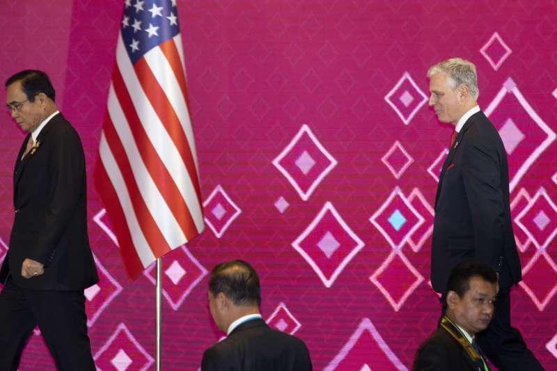 第14屆東亞峰會及第35屆東協峰會在泰國舉行,圖為泰國總理帕拉育和美國國安顧問歐布萊恩(AP)
