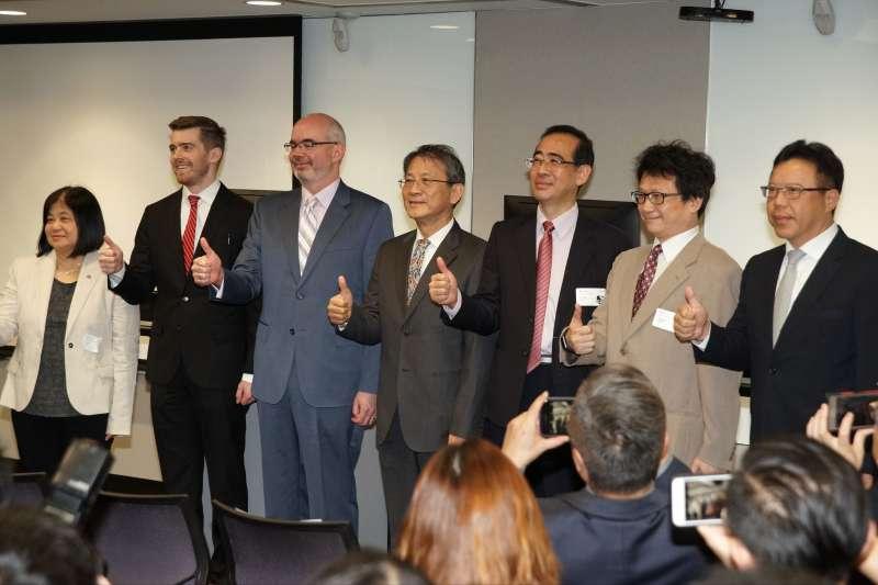 20191104-美台大規模網路攻防演練記者會於4日舉行,AIT副處長谷立言(左三)、國安會諮委李德財(左四)出席。(盧逸峰攝)