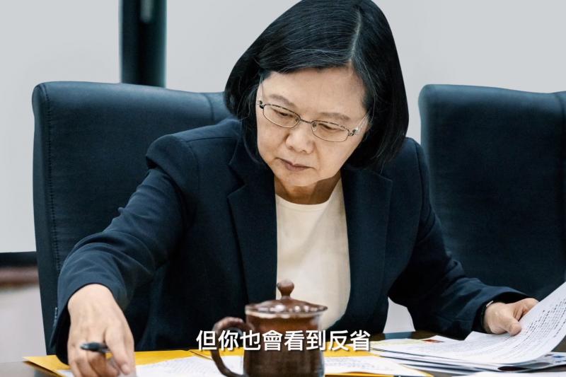 總統蔡英文連任辦公室4日推出政績宣傳影片《關心台灣》。其中一幕,蔡英文低頭辦公的畫面,白髮清晰可見。(取自蔡英文競辦《關心台灣》影片截圖)
