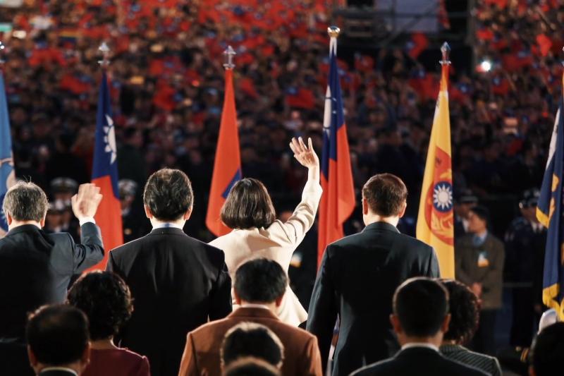 蔡英文總統民調領先,但聲勢却未必看好。圖為蔡英文宣傳影片最後一幕面向揮舞國旗的群眾,這是她執政三年多甚少出現的畫面。(取自蔡英文競辦《關心台灣》影片截圖)