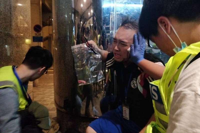 2019年11月3日,香港「反送中」流血衝突,區議員趙家賢的耳朵遭人咬斷(區議員林卓廷臉書)