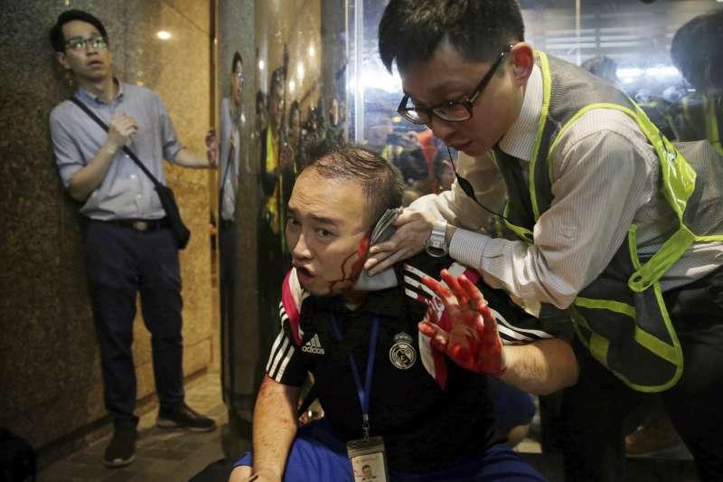 2019年11月3日,香港「反送中」流血衝突,區議員趙家賢的耳朵遭人咬斷(AP)