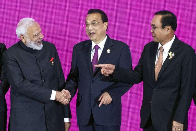 印度總理莫迪、中國總理李克強、泰國總理帕拉育在東協峰會期間交談。(美聯社)