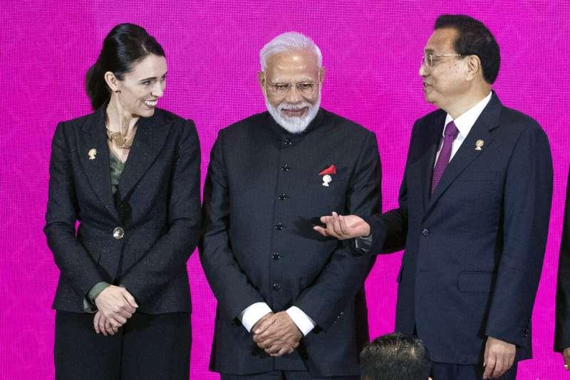 紐西蘭總理雅頓、印度總理莫迪、中國總理李克強在東協峰會期間交談。(美聯社)