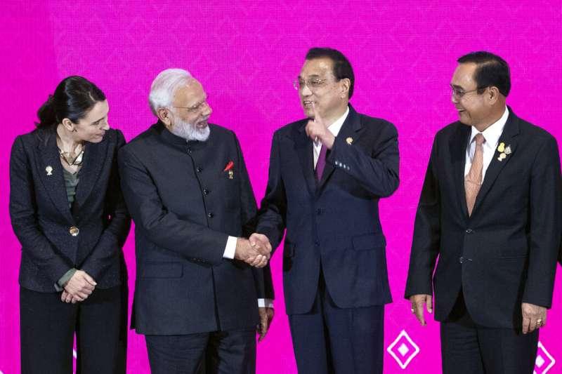 印度總理莫迪與中國總理李克強在東協峰會期間交談,左右分別是紐西蘭總理雅頓、泰國總理帕拉育。(美聯社)
