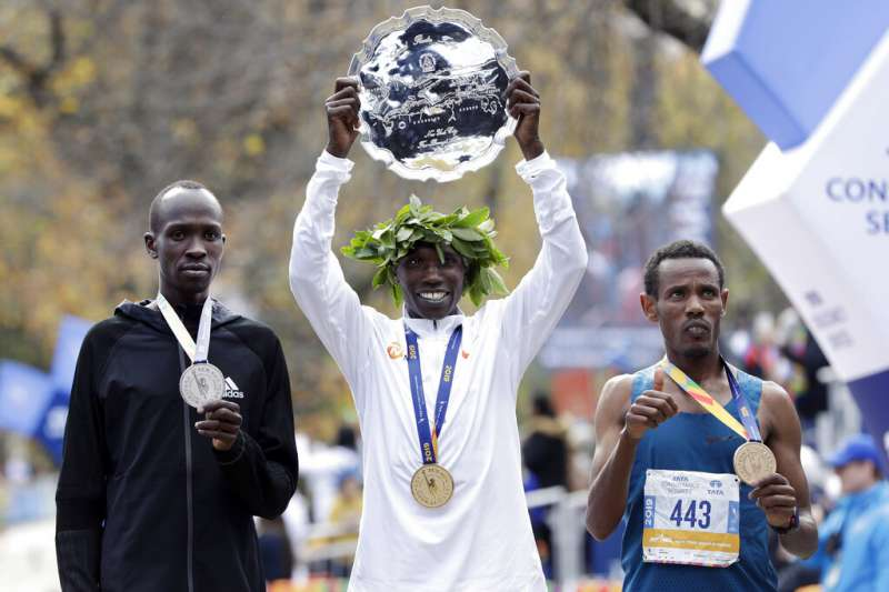來自衣索比亞的葛布里(右)獲得紐約馬拉松第三名,寫下神奇歷史。(美聯社)