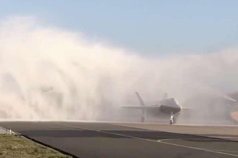 荷蘭軍方10月31日接收首架F-35A匿蹤戰機,卻在「灑水禮」迎接環節出包—消防隊竟用滅火泡沫噴滿整架戰機。(翻攝荷蘭國防部長比傑維德推特)