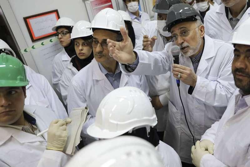 伊朗原子能組織(AEO)首長沙列西(Ali Akbar Salehi)宣布啟用30台新型離心機,增加濃縮鈾產能,再次背離限核協議。(AP)
