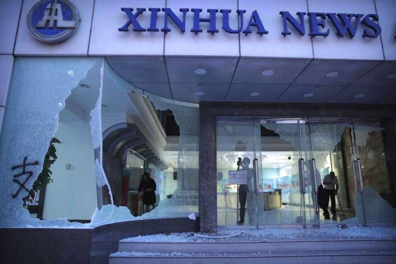 新華社的香港分社遭到抗議民眾砸毀。(美聯社)