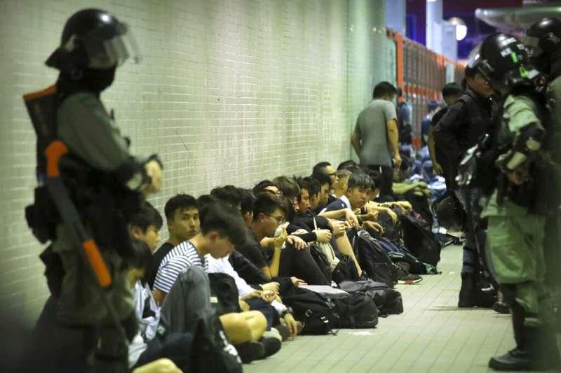 遭到香港警方控制的抗議民眾。(美聯社)