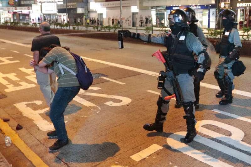 香港警察對民眾噴灑胡椒噴霧。(美聯社)
