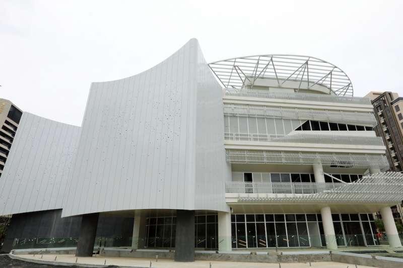 由新北市政府和文化部共同合作興建的「國家電影中心」,目前工程進度達八成多,昨(4)日新北市長侯友宜前往新莊視察。  (圖/新北市新聞局提供)