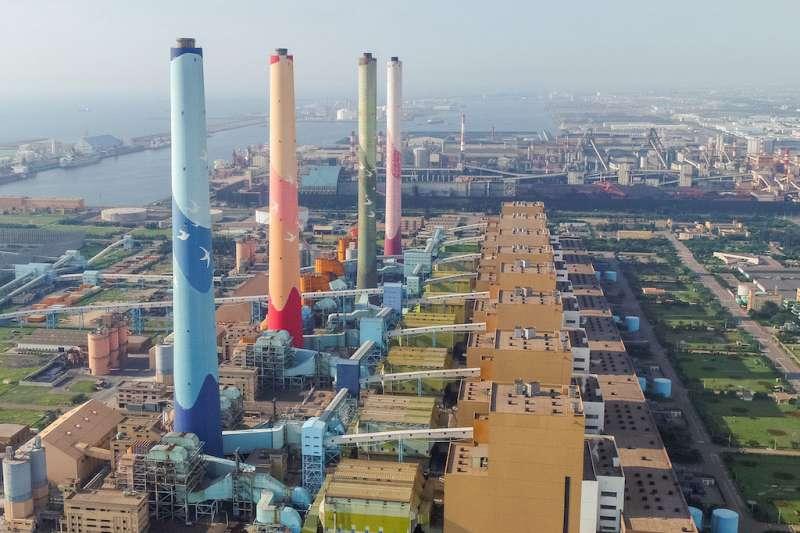 台中火力發電廠(見圖)經過大幅減煤,中火今年的發電量較2014年將減發超過100億度。(資料照,台中市政府提供)
