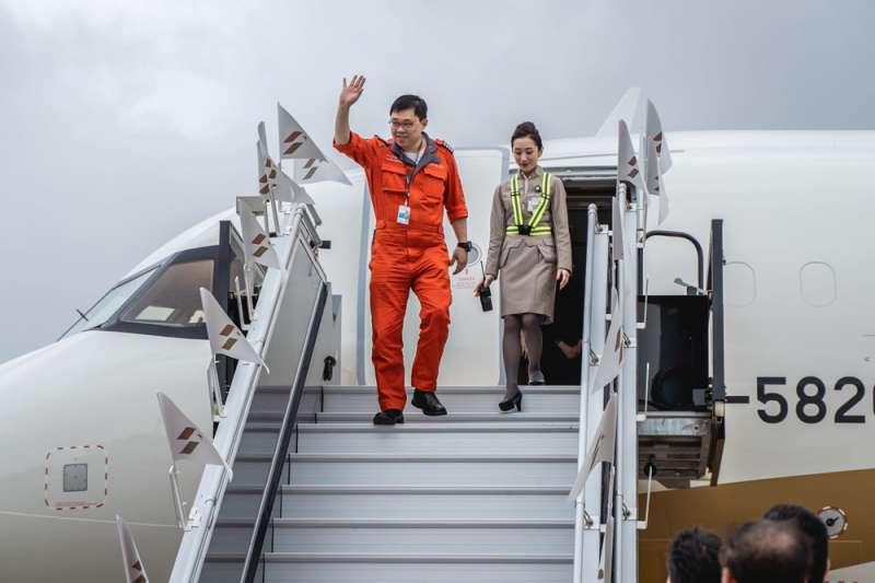 張國煒親駕「起家機」,星宇航空正式加入台灣航空業競爭。(翻攝自星宇航空STARLUX Airlines臉書)