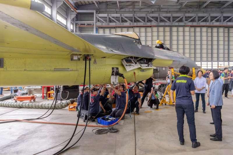 總統蔡英文(右一)8月時曾視察漢翔棚廠,瞭解F-16V構改升級進度。(總統府提供)