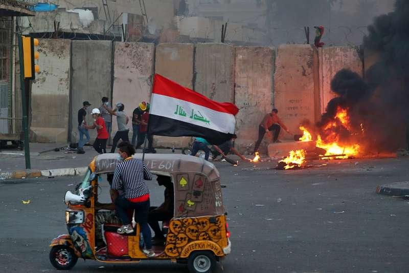 伊拉克「嘟嘟車」(Tuk Tuk)原本被視為惱人、製造混亂的廉價交通工具,此次示威中變身為強大的救援與後勤工具。(AP)