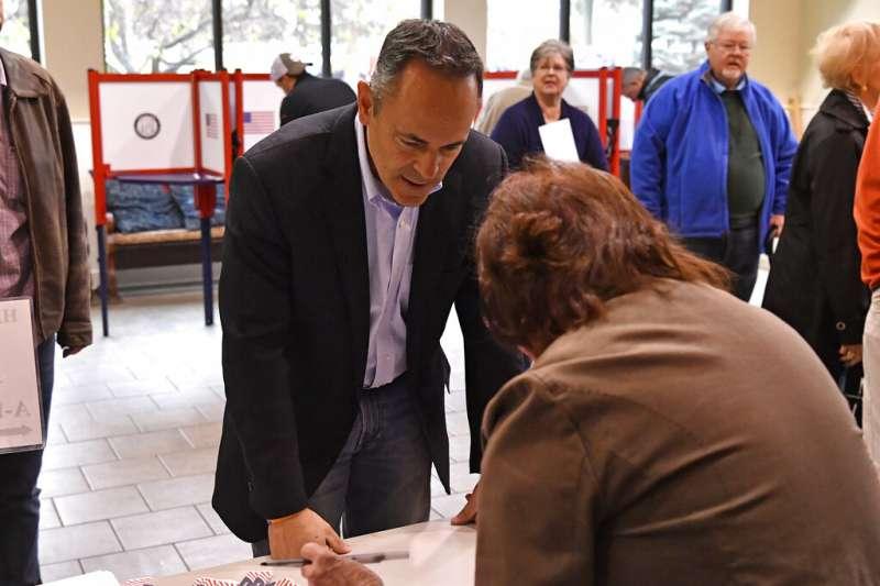 肯塔基州現任州長貝文(Matt Bevin)到投票所投下神聖一票。(美聯社)