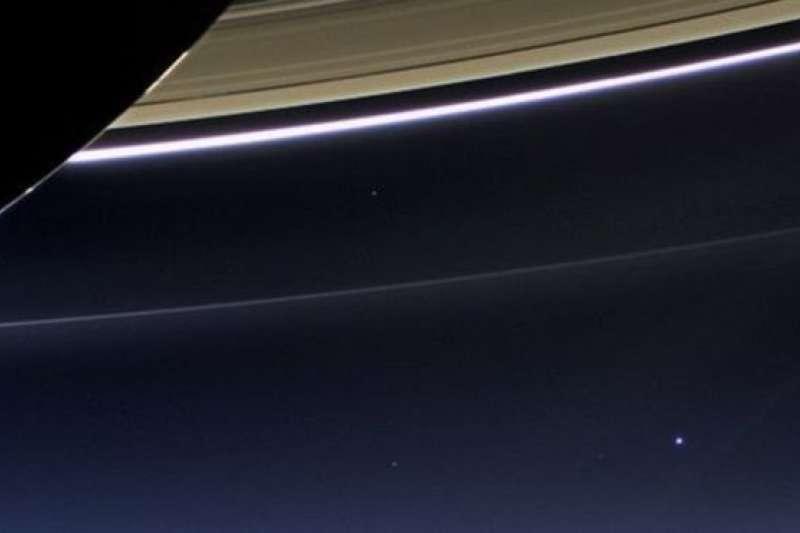 地球被美國天文學家卡爾·薩根稱作「暗淡藍點」(從土星環中遠距觀測地球:右下角的亮點)。(BBC中文網)