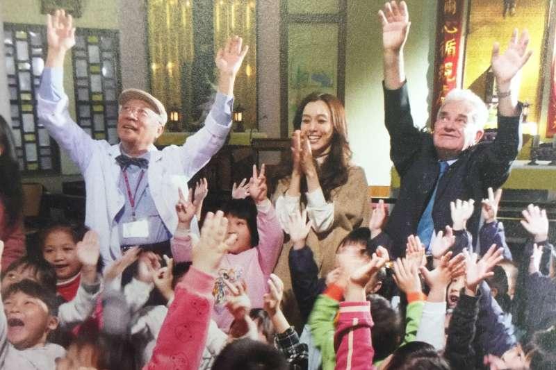 羅東聖母醫院前院長陳永興(左)說,他最大的專長就是募款。圖為任職羅東聖母醫院期間為醫院募款,藝人范瑋琪(中)也自發幫忙。(羅東聖母醫院提供)