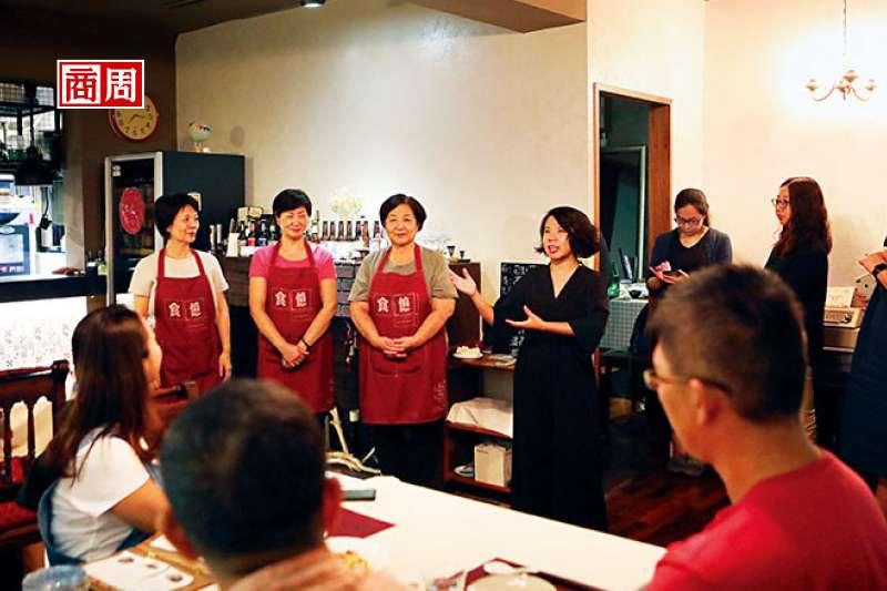 介紹今日大廚是每次開飯前,食憶創辦人陳映璇(左7)必做的事,介紹主廚,也告訴食客關於菜色的小故事。(攝影/楊文財)