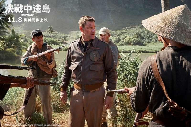 《決戰中途島》中的杜立德,由亞倫·艾克哈特飾演,其實個子比本人長得還要高,頭髮也比較多。國軍救助杜立德的故事,其實與中途島戰役沒有太直接的關係,呈現這段內容的原因,純粹是想要向77年前的中國軍民致敬,但同時又不能讓幕後投資的大陸製片商被審查,可算是費了一番苦心。(作者提供)