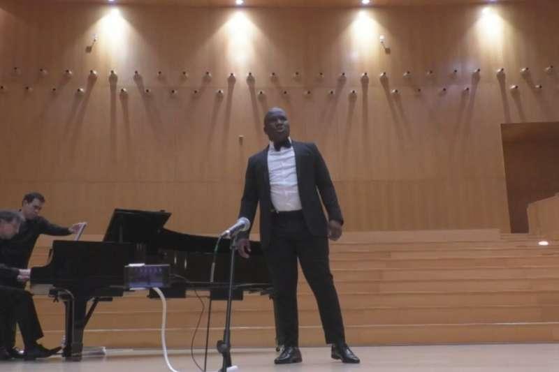 今年七月,一段側拍影片讓門茲蒙哥馬(Menzi Mngoma)網上爆紅,他因此受邀參加歌唱比賽(截取自德國之聲採訪影片)
