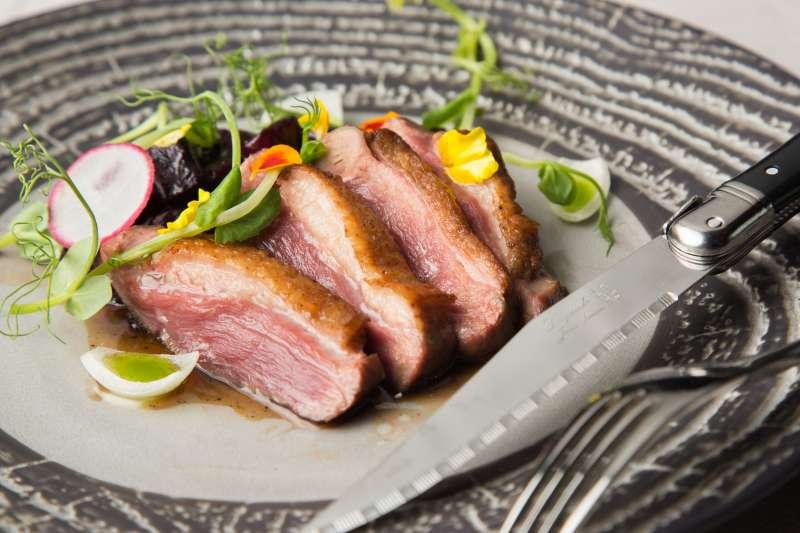 餐點方面呈現相當豐富,從開胃佳餚到饕客必點的奢華海鮮和頂級肉類樣樣俱全。(圖/悦亨樓提供)