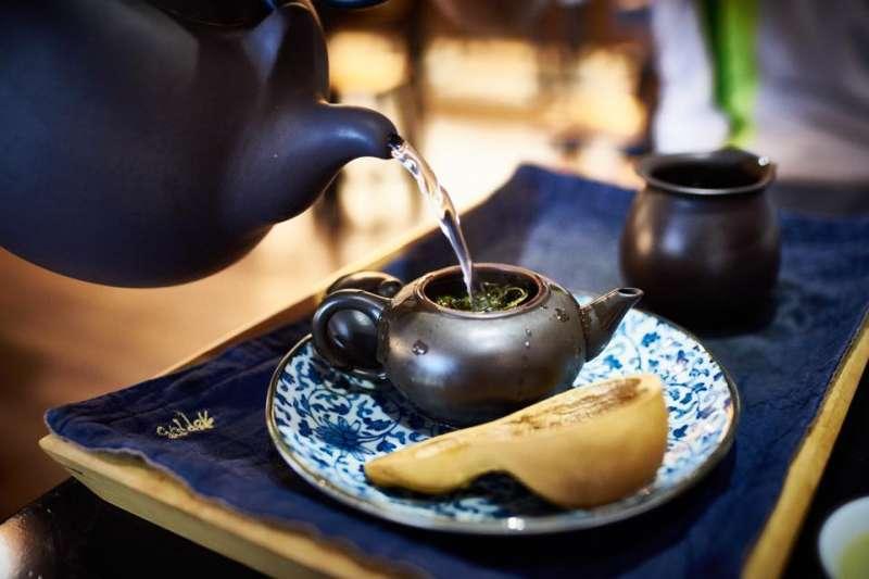 如果你願意花160喝杯星巴克,為何不願意花160喝一套正宗台灣茶呢?人們以為超商一瓶20、手搖飲一杯至多40的進口茶葉貨是「茶」,殊不知真正的台灣茶盡是精品、舉世聞名,只有台灣人自己不知道...(取自柳隅茶舍臉書)
