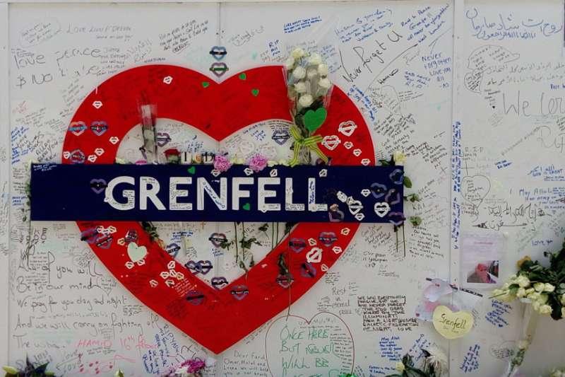 格蘭菲塔旁的布偶與鮮花,悼念大火罹難者。(施威全攝)