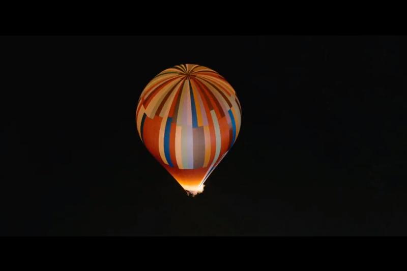 1979年,德國兩對夫婦與4個孩子搭乘熱氣球飛到2500公尺高空,飄離東德。(截取自YouTube電影《奇蹟熱氣球》預告)
