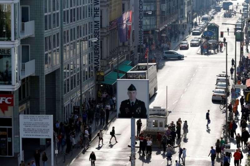 柏林牆30年:民調顯示東歐人擔心民主倒退。(BBC中文網)