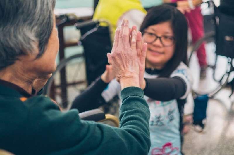 今年已舉辦第四屆的「鐵馬送愛」活動,讓大學生進入養老院陪伴長者。(愛now青年志工團提供)
