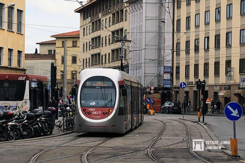1958年之前曾擁有路面電車的義大利佛羅倫斯,因市內通勤需求,而在2010年重新啟用輕軌系統,成為軌道復權相當成功的案例。(攝影:陳威臣│圖/想想論壇)