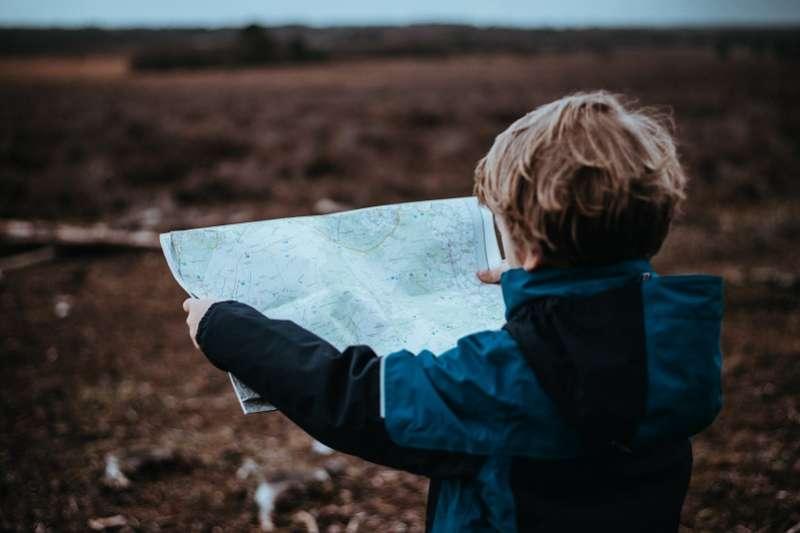 亞斯伯格症小孩早期因缺乏與他人互動的興趣,導致學習較慢,但並非真的有語言發展遲緩的問題。(圖/unsplash)