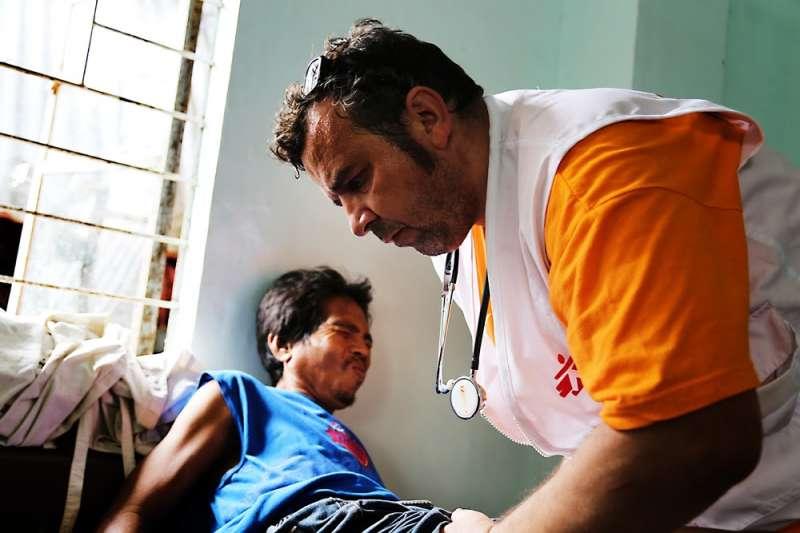 2013年海燕颱風重創菲律賓,無國界醫生迅速投入應變行動,展覽的「天災」區域將回溯同仁初進入災難現場時的回憶。(©MSF)
