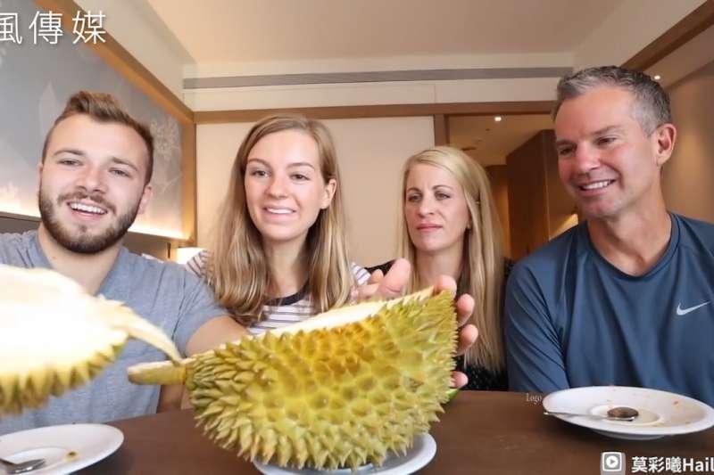 外國人第一次吃榴槤反應超展開!老外從未體驗過的新奇口感,嘗鮮台灣多種水果直呼美味.jpg