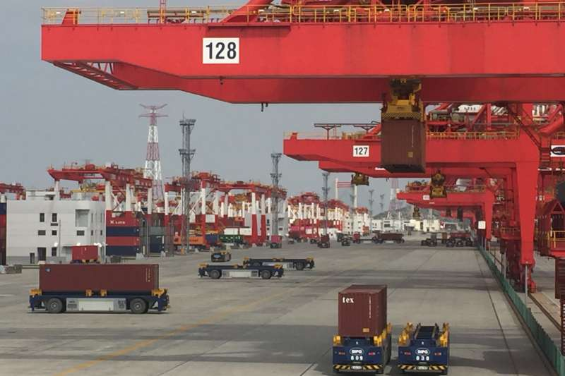 上海洋山四期自動化碼頭正在進行進出口集裝箱裝卸作業。(新華社)
