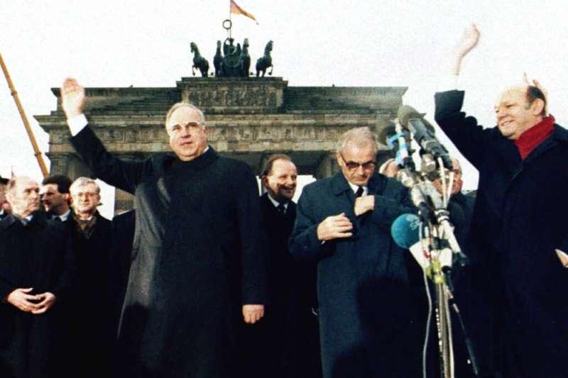 1989年12月22日,東德最後一任共產黨總理莫德羅與西德總理柯爾一起參加柏林圍牆旁布蘭登堡門的重啟儀式。(AP)