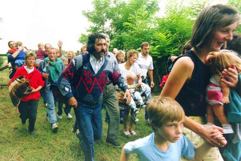 1989年8月19日,奧地利和匈牙利邊界舉辦了一場讓兩地民眾交流的野餐,超過600名東德人趁機從匈牙利入境奧地利。(AP)