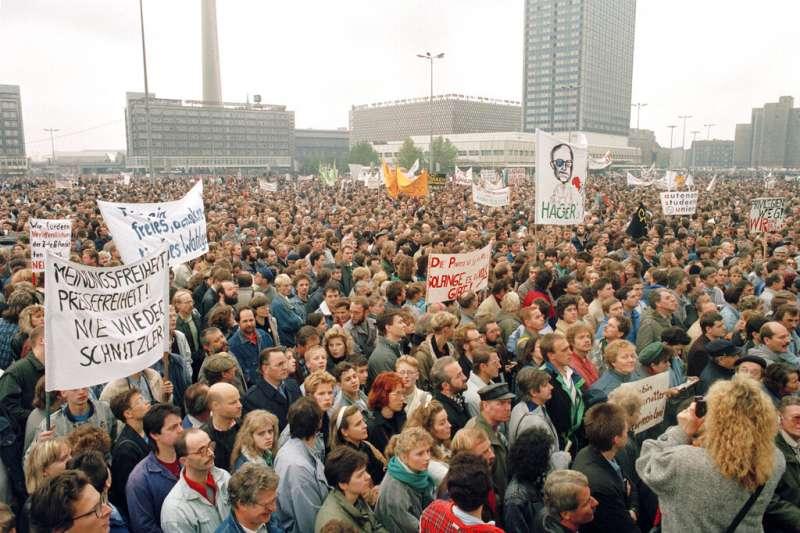 1989年11月4日,約有100萬示威者在德國東柏林的亞歷山大廣場上游行,抗議審查和鎮壓集會活動,橫幅上要求換新領導人和自由選舉。(AP)
