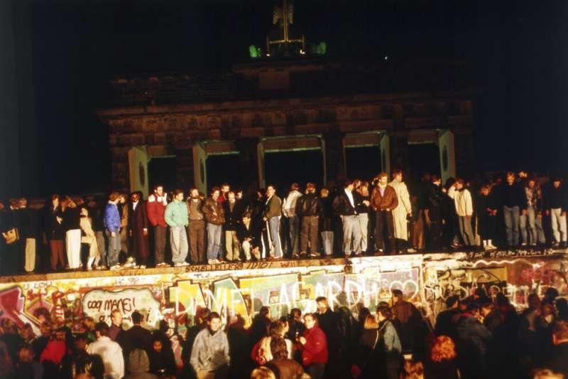 1989年11月10日凌晨,柏林人站在柏林圍牆上慶祝自由。(AP)