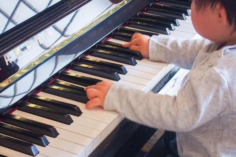 美國加州大學曾經進行一項實驗,讓大學生分別聆聽莫札特的鋼琴曲以及其他輕鬆的節拍音樂,發現那些聽莫札特鋼琴曲10分鐘的學生,他們空間想像力的測試成績上升了62%,而聽輕鬆節拍的學生成績卻只上升14%,科學界稱其為「莫札特效應」。(圖/photo-ac)