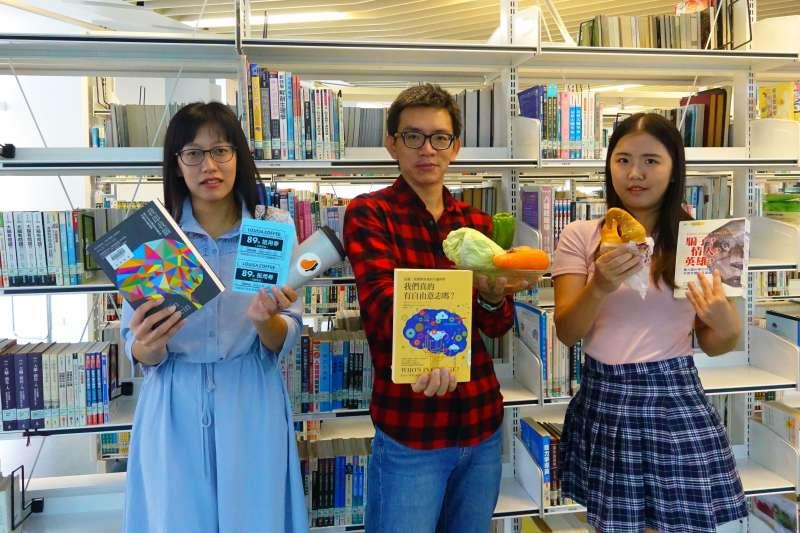新北市立圖書館推出獨家限定的雙11閱讀狂歡活動,11/9-11/11三天,只要到總館借5本書,便可以獲得路易莎咖啡89折抵用券,每日限量111張。  (圖/新北市立圖書館提供)