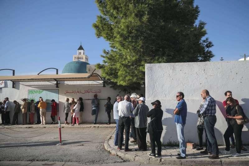 突尼西亞民眾排隊等候投票,該國至今仍是唯一在民主轉型上稍有成就的中東北非國家。(AP)