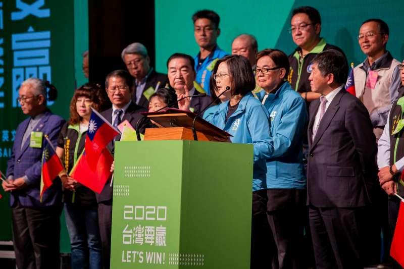 總統蔡英文9日成立藥界後援會,競辦準備了小國旗供現場參加活動者使用。(蔡英文競選辦公室提供)